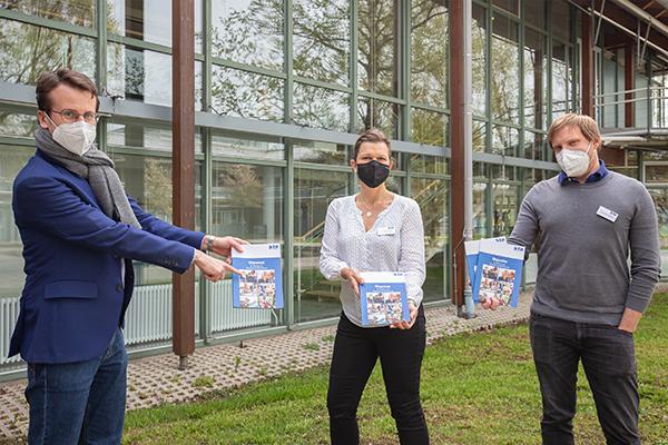 Landrat Stefan Frey, Bettina Hartwanger und Max Mayer mit dem neuen Wegweiser